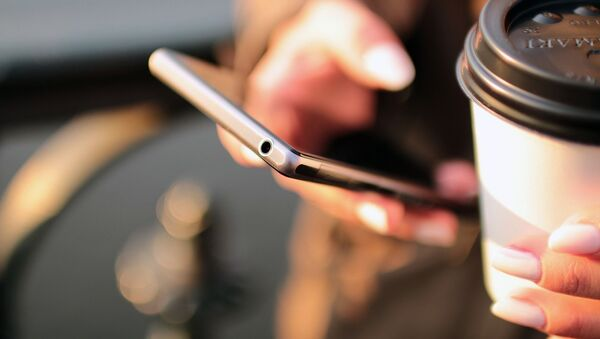 Dívka se smartphonem a kávou - Sputnik Česká republika