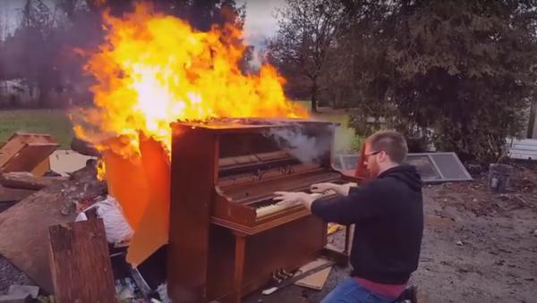 Muž podpálil piano a hrál na něm, dokud neshořelo (existenciální VIDEO) - Sputnik Česká republika