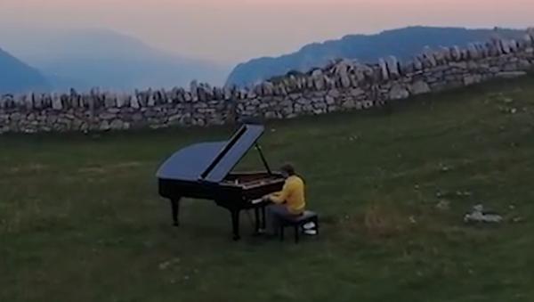 Příroda inspiruje. Švýcarský klavírista hraje na zvláštních místech - Sputnik Česká republika