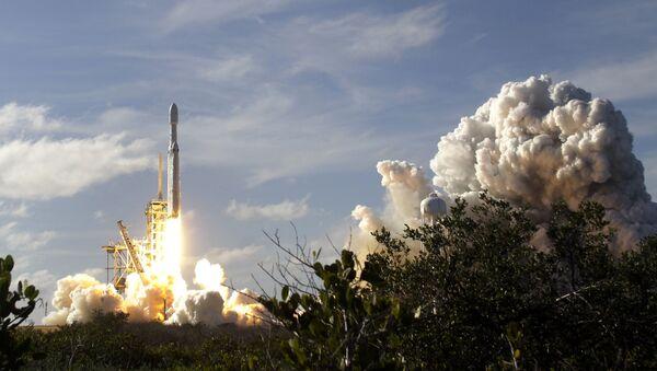 Start nosné rakety Falcon Heavy - Sputnik Česká republika