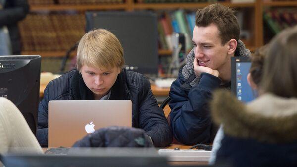 Studenti v knihově Národního výzkumného jaderného institutu v Moskvě - Sputnik Česká republika