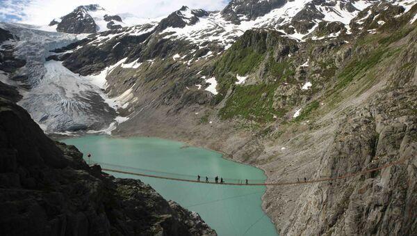 Lidé na mostu v Alpách - Sputnik Česká republika