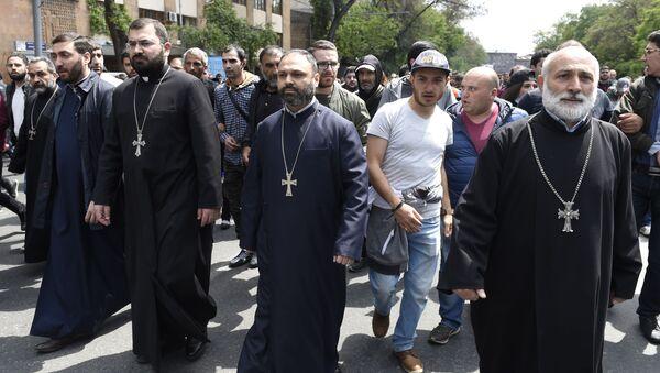Священнослужители на площади Республики в Ереване, где происходят акции протеста участников акций оппозиции - Sputnik Česká republika