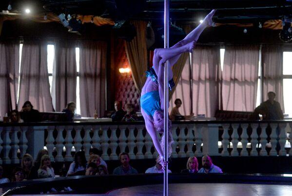 Propojení sportu a erotiky: soutěž tanečnic na tyči v Minsku - Sputnik Česká republika