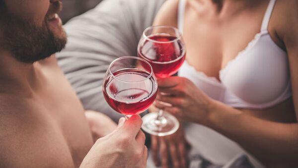 Pár pije víno - Sputnik Česká republika