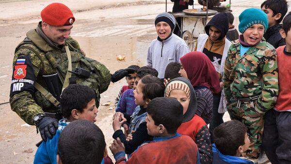 Ruský vojenský policista se syrskými dětmi (ilustrační foto) - Sputnik Česká republika