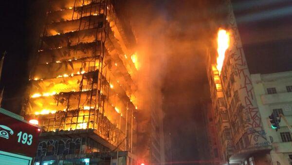 V centru São Paula se zřítil hořící výškový dům - Sputnik Česká republika