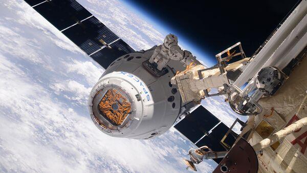 Kosmická loď SpaceX Dragon během spojení s ISS - Sputnik Česká republika