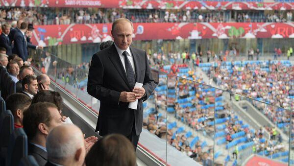 Vladimir Putin při Konfederačním poháru 2017 v Petrohradu - Sputnik Česká republika