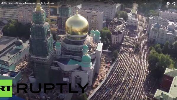 Moskevské ulice zaplavili modlící se muslimové - Sputnik Česká republika