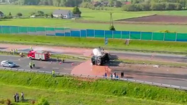 Dolce vita na polský způsob: záchranáře zaměstnala čokoláda rozlitá na silnici (VIDEO) - Sputnik Česká republika