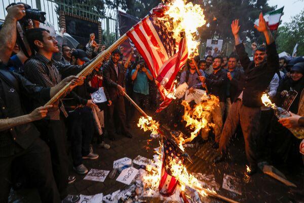 Spálení americké vlajky během protestů v Teheránu - Sputnik Česká republika