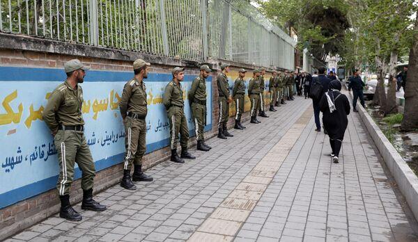 Vojáci v bývalé budově velvyslanectví USA v Teheránu - Sputnik Česká republika