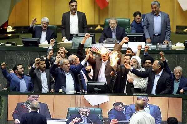 Spálení papíru znázorňujícího americkou vlajku v íránském parlamentu - Sputnik Česká republika