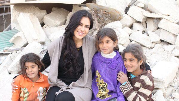 La cineasta boliviana Carla Ortiz junto a unos niños en Siria - Sputnik Česká republika