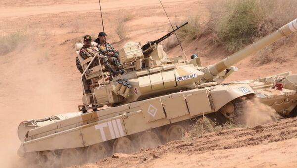 Tank T-90 s křesly v Indii - Sputnik Česká republika