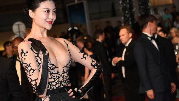Asijská herečka se objevila na festivalu v Cannes v nejodvážnějších šatech - Sputnik Česká republika