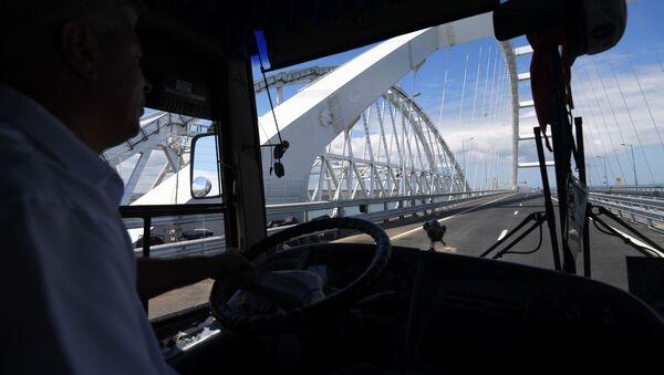 Řidič jede Krymským mostem - Sputnik Česká republika