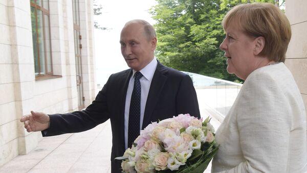 Ruský prezident Vladimir Putin daroval německé kancléřce Angele Merkelové květiny - Sputnik Česká republika