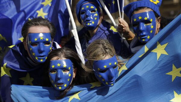 Mladí lidé s vlajkami EU - Sputnik Česká republika