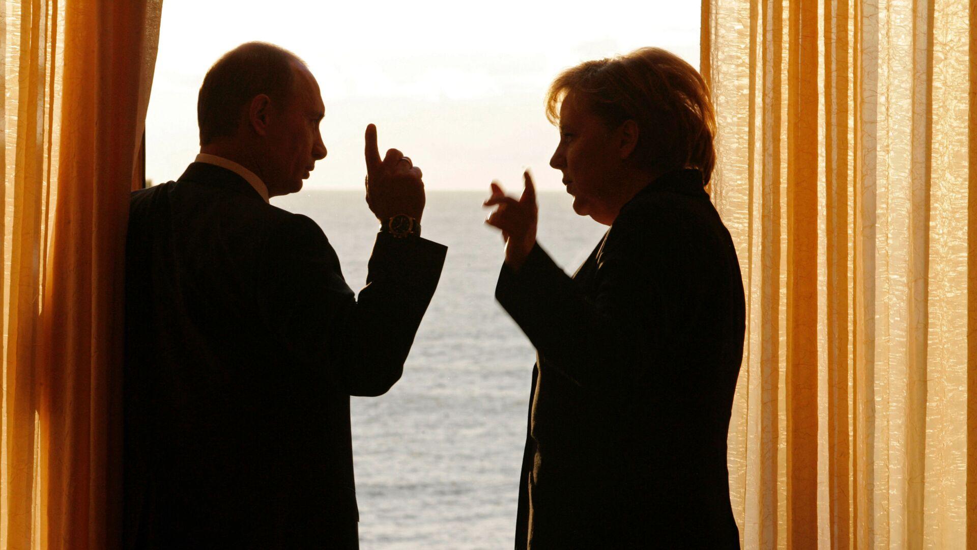 Ruský prezident Vladimir Putin a německá kancléřka Angela Merkelová - Sputnik Česká republika, 1920, 30.07.2021