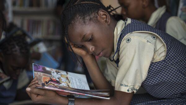 Ученица нигерийской школы во время чтения - Sputnik Česká republika