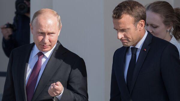 Ruský prezident Vladimir Putin a francouzský prezident Emmanuel Macron - Sputnik Česká republika