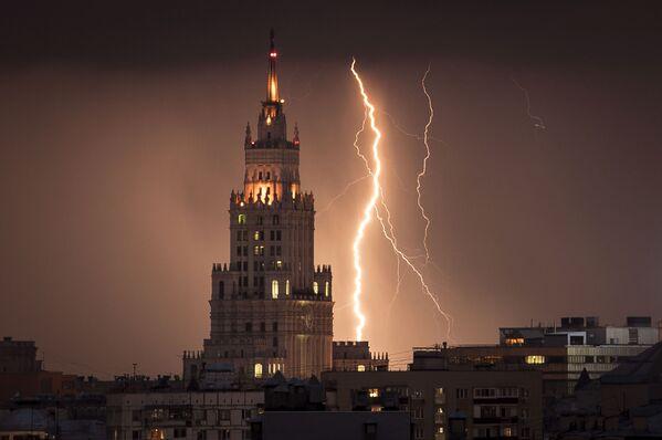 Blesky v blízkosti mrakodrapu ze stalinské éry v Moskvě - Sputnik Česká republika