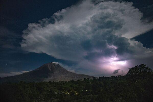 Třpytivé blesky nad sopkou Sinabung v Karo - Sputnik Česká republika