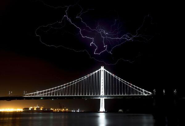 Údery blesku nad mostem Bay Bridge v San Franciscu, USA - Sputnik Česká republika