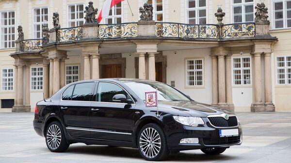 Automobilka Škoda darovala Zemanovi 3,6litrovou verzi Škoda Superb v maximální výbavě. Pro zmínku, na rozdíl od mnoha jiných hlav států Zeman na ní jezdí bez majáčku a průvodu - Sputnik Česká republika