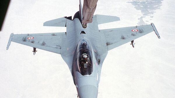 F-16 doplňuje palivo za letu - Sputnik Česká republika