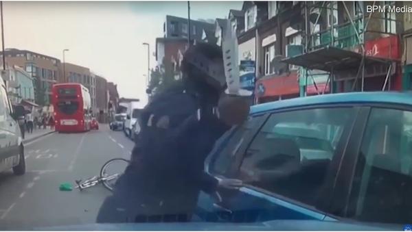 V Londýně se cyklista pokusil podříznout řidiče auta, které o něj zavadilo - Sputnik Česká republika