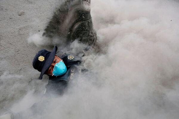 Policista zakopl při útěku od nových emisí popela - Sputnik Česká republika