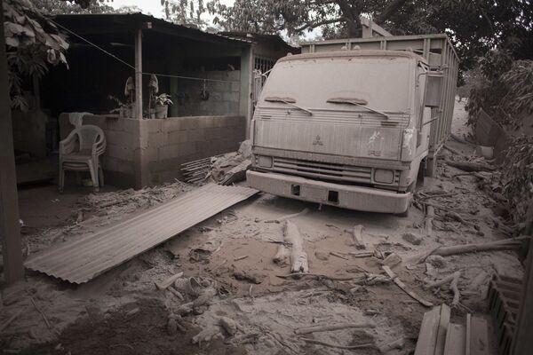 Náklaďák pokrytý popelem po erupci sopky Fuego v Guatemale - Sputnik Česká republika