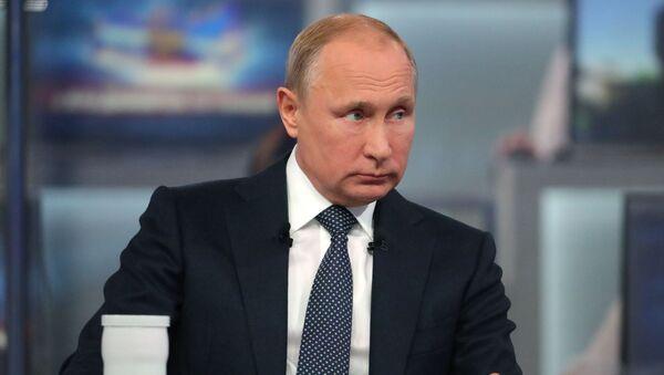 Ruský prezident Vladimir Putin během Přímé linky - Sputnik Česká republika