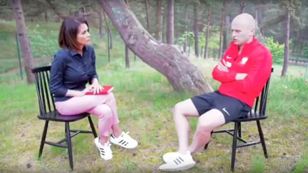 Fotbalista polské reprezentace předvedl zázračnou reakci a zachránil novinářku (VIDEO) - Sputnik Česká republika
