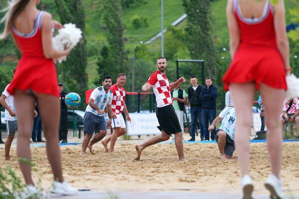 Pozor, bude horko! Přátelský zápas v plážovém fotbalu mezi fanoušky Argentiny a Chorvatska - Sputnik Česká republika