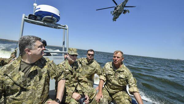 Ukrainský prezident Petro Porošenko během cvičení NATO - Sputnik Česká republika