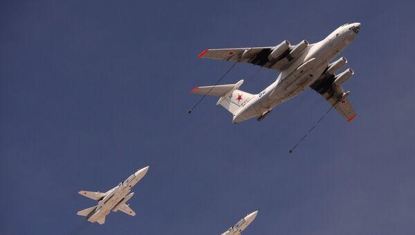 Tankovací letoun Il-78 a hornoplošníky Su-24 během přehlídky vítězství. - Sputnik Česká republika