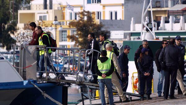 představitelé Frontex u lodi s migranty - Sputnik Česká republika