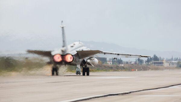 Stíhací bombardér Su-24 na základně Hmímim v Sýrii - Sputnik Česká republika