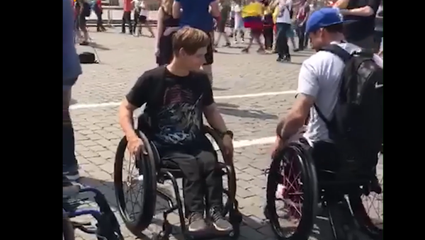 Neuvěřitelný příběh dobroty na MS 2018. Mexický fanoušek Rusovi daroval invalidní vozík - Sputnik Česká republika