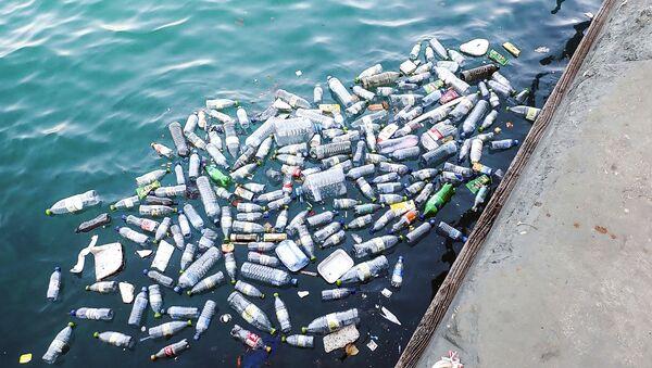 Plastové lahve ve vodě - Sputnik Česká republika