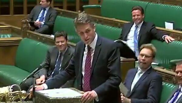 Siri skočila do řeči britskému ministru obrany během proslovu o Sýrii (VIDEO) - Sputnik Česká republika