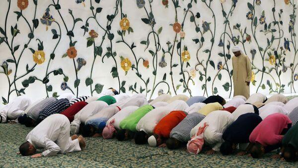 Muslimové se modlí ve Velké mešitě v Abú Dhabí, Spojené arabské emiráty. Ilustrační foto - Sputnik Česká republika