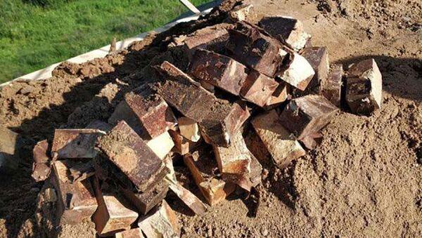 Nálože TNT nalezené na železničním valu na mostě nedaleko vesnice Cielianciejeva v Bělorusku - Sputnik Česká republika