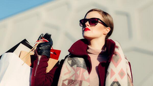 Žena s nákupními taškami - Sputnik Česká republika