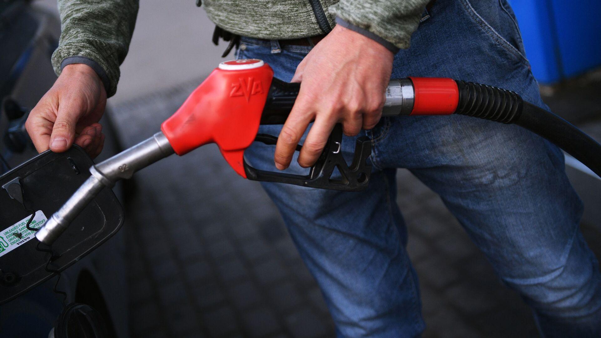 Muž tankuje benzín do auta - Sputnik Česká republika, 1920, 10.09.2021