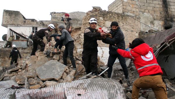 Dobrovolníci Bílých přileb zachraňují děti zpod trosek v Idlibu - Sputnik Česká republika